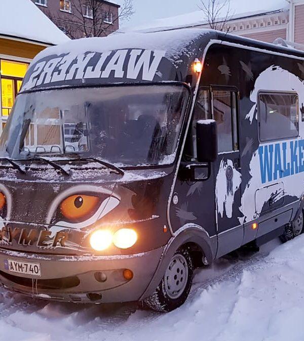 Matkailuauto talvisessa ympäristössä