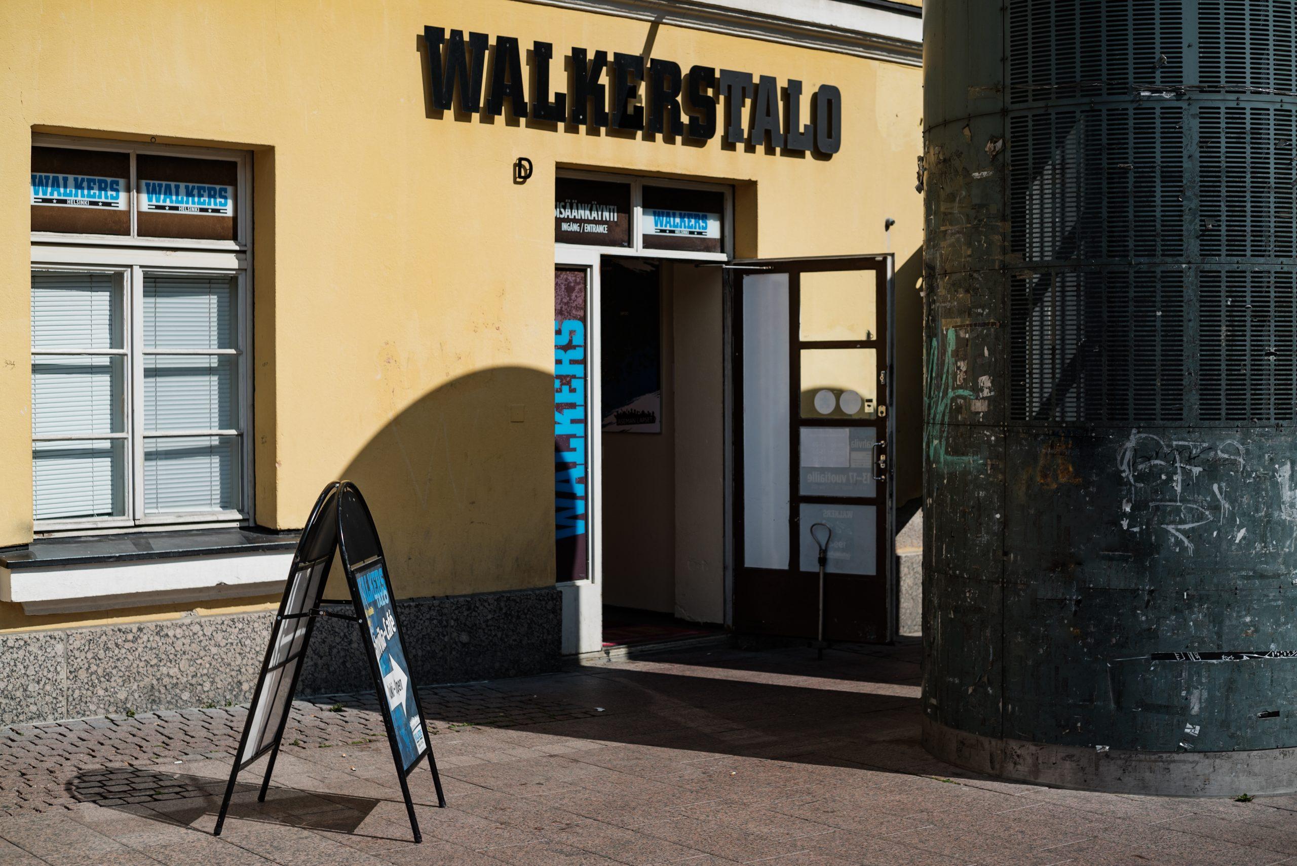 Auki oleva ovi, jonka yläpuolella teksti Walkers-talo.