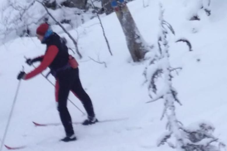 Anu Gretschel hiihtää lumisessa maastossa.