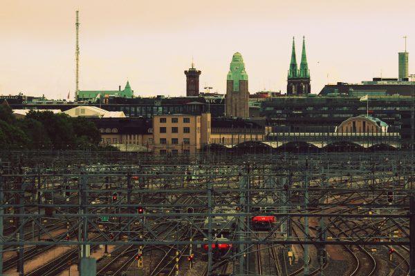 Maisemakuva Helsingin keskustasta, kuvassa näkyy päärautatieasema ja Johanneksen kirkko.