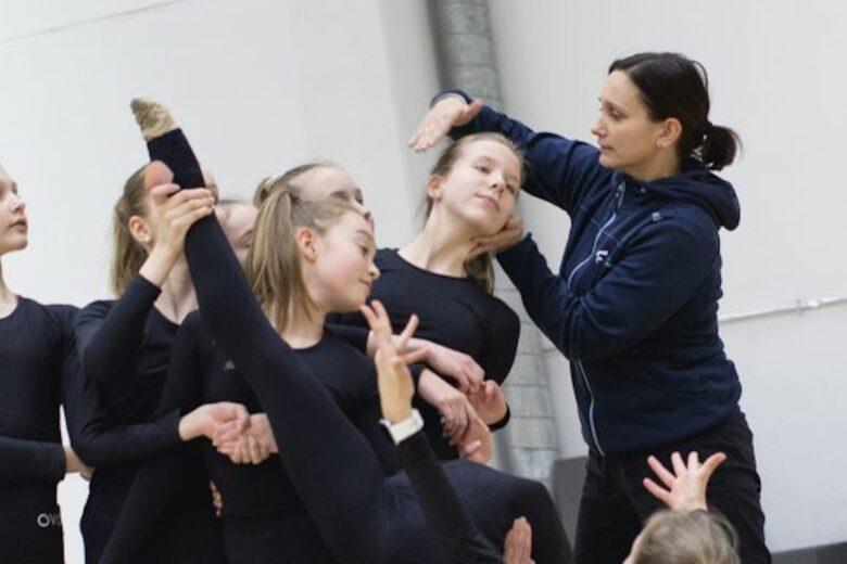 Koreografi Liisa Lappalainen ohjaa Olarin Voimisteluseuran nuoria tyttöjä