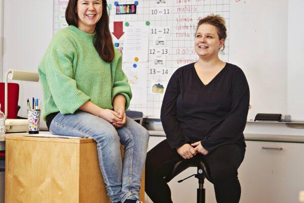 Oikealla Friends-kouluttaja Minttu Oinonen ja vasemmalla luokanopettaja Pauliina Kemppainen.