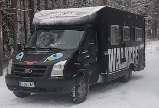 Puuma-wauto parkkeerattuna talviseen maisemaan.