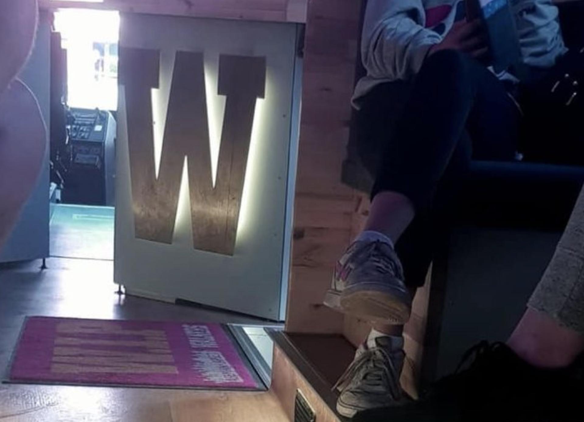 Kuvituskuva Walkers-kohtaamispaikasta. Taustalla Walkers-logo ja punainen wip-matto sisäänkäynnin edessä. Etualalla nuorten jalkoja.