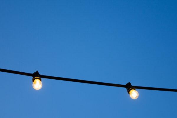 Kuvituskuva, valot sinistä taivasta vasten.