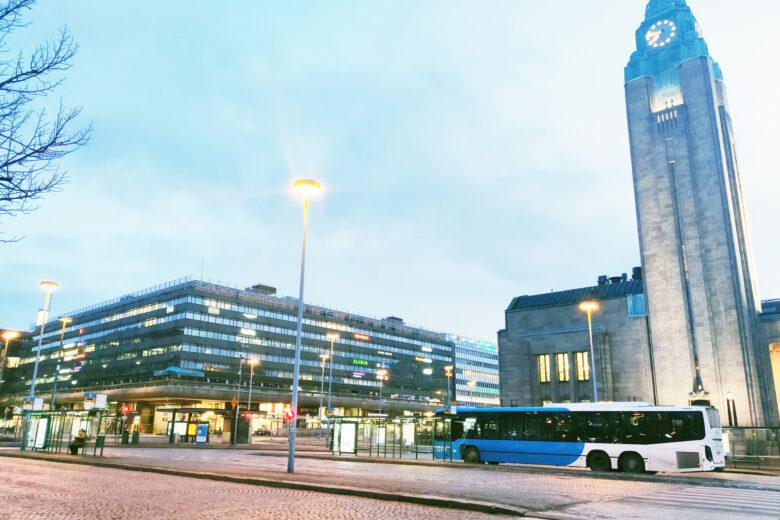 Rautatientori illlalla. Kuvassa bussi ja aseman torni.