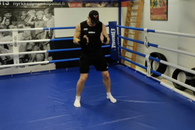 mies nyrkkeilykehässä nyrkkeilyhanskat kädessä.